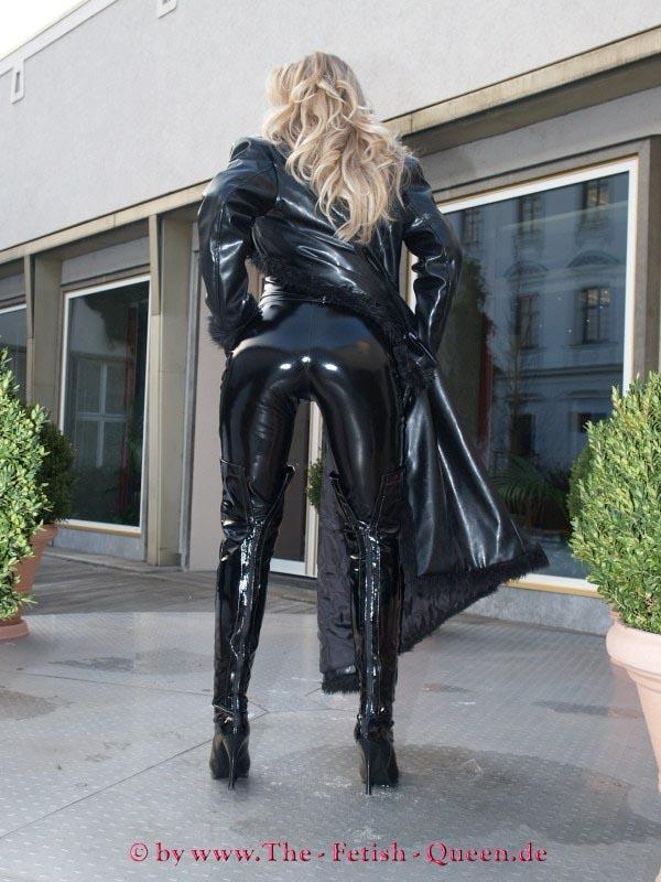 Голая женщина в кожаном плаще 28